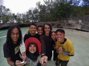 dua backpacker aceh, tiga bankir, satu staff bank lokal dan satu dive guide.