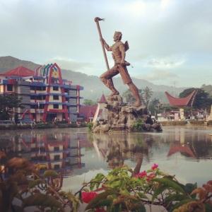 Patung Lakipadada menyambut di tengah kota Makale.