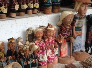 Souvenir khas Toraja. ini saya foto yang di depan Kambira. paling murah? hasil penelitian saya, belilah di Lemo.