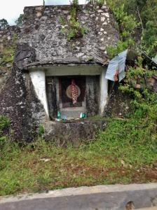 kuburan di tengah batu.