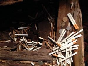 banyak yang naro rokok dan uang receh di sekitar peti jenazah. mungkin buat sesajen ya. Peti jenazah yang paling baru ditaro di Londa itu tahun 2010.