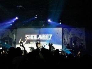 sheila on 7. sejauh ini, konser mereka masih yang paling rame di makassar. fan base nya rame banget.