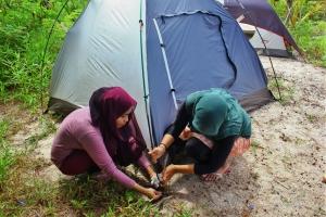 kami para wanita pun ahli dalam mendirikan tenda. jangan salah!