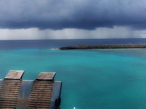 mohon diingat. kita ini hidup di negara tropis. dimana cuaca bagus untuk ke pantai itu berkisar antara april-juni dan september-november. sisanya? badai! ini aja masih ada sisa-sisa badai