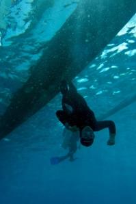 abis diving, saya berhasil bikin foto ini. hahaha. underwater surfing.