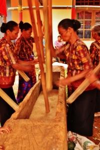 ibu-ibu mainin tumbukan padi, tanda acara mau dimulai.